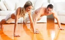 Mujer y hombre haciendo lagartijas